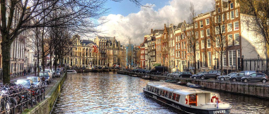 rejs kanałem w Amsterdamie